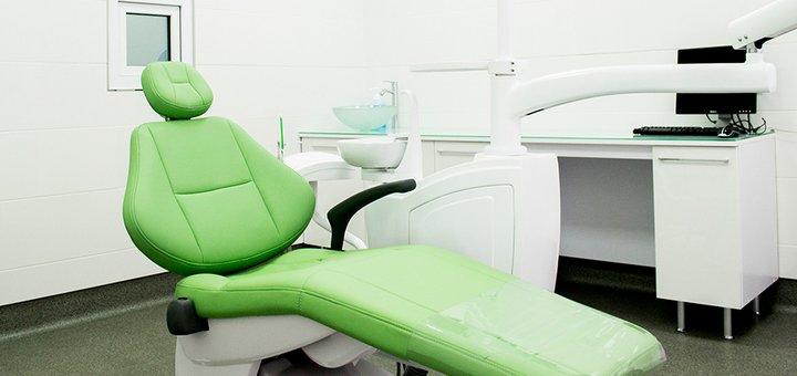 Профессиональная ультразвуковая чистка зубных отложений + Air Flow в клинике «Dental Clinic»