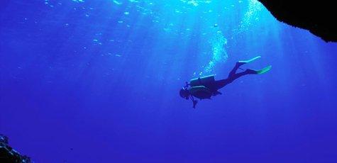 Sea_diver_underwater