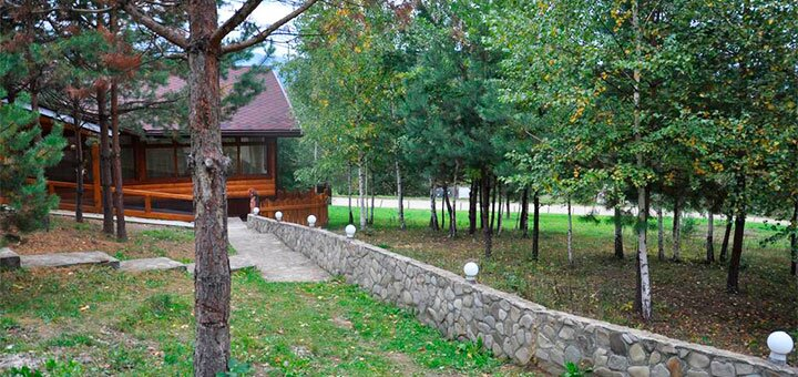 От 4 дней отдыха с питанием, сауной и бассейном в отеле «Сосновый двор» в Карпатах