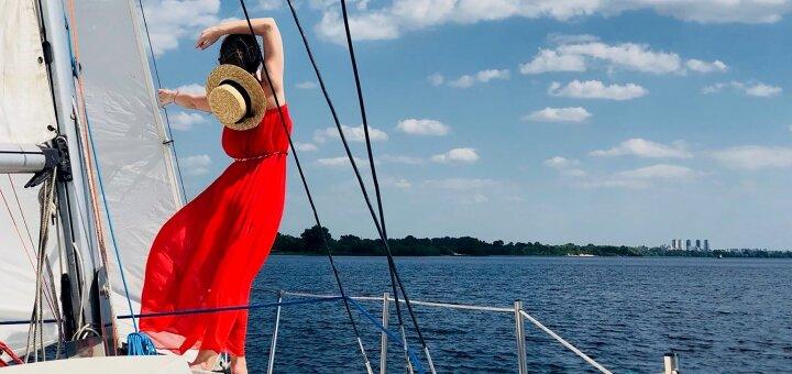 Скидка до 45% на трехчасовую прогулку под парусами для компании от яхтенного клуба «Yacht Fun»