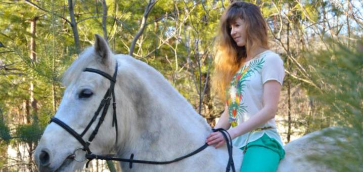 Скидка до 80% на урок верховой езды или прогулку по лесу на лошадях в «Серебряная подкова»